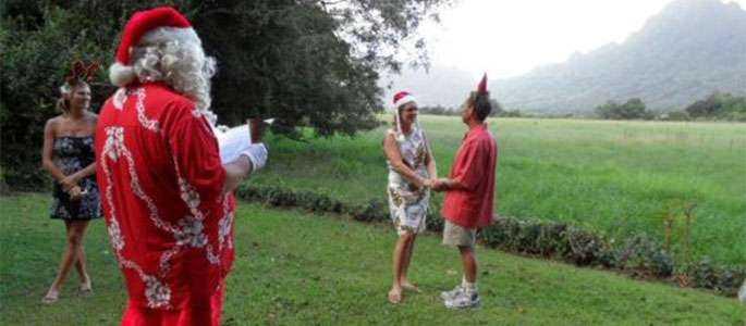 Moș Crăciun se specializează în nunți hawaiene