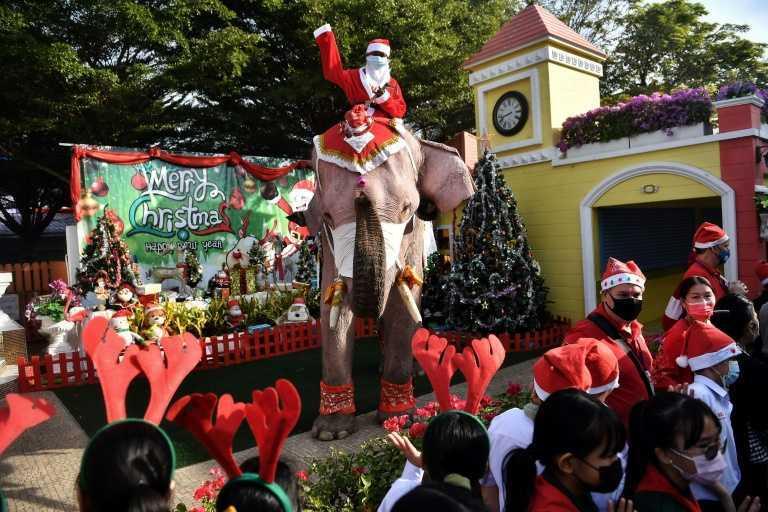 Moș Crăciun a schimbat sania și renii cu elefanții
