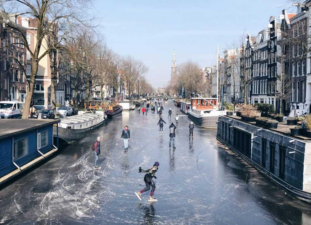 Patinaj pe canalele din Amsterdam
